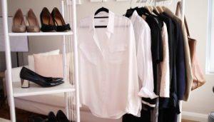 Przegląd szafy przez stylistkę i przygotowanie zestawów ubraniowych.